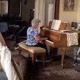 爆風によって家具が散乱する家 その中で高齢女性がとった行動に涙が止まらない