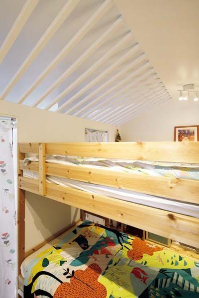 真ん中に置いた2段ベッドで区切った子ども室