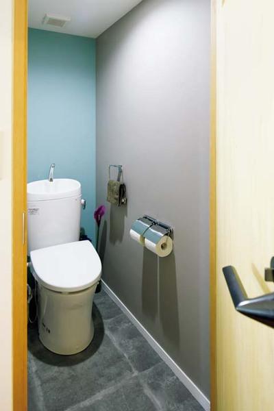 左右と正面の壁紙を違う色にすることで奥行きを出したトイレ