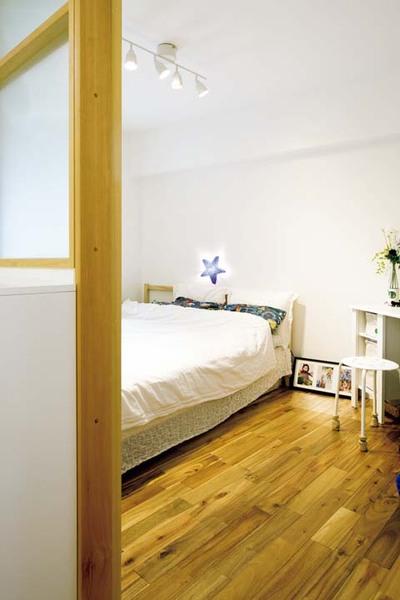 夫の書斎も兼ねるゆるい台形の寝室