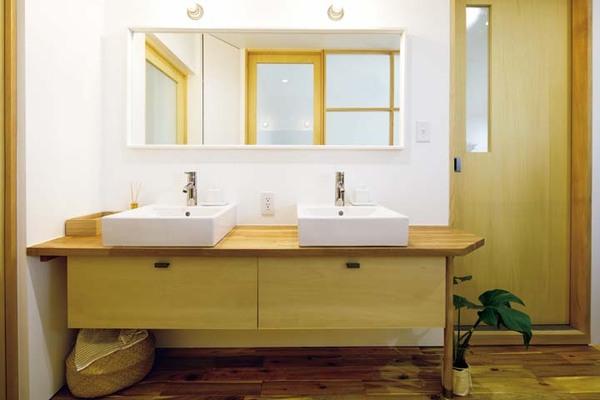 ダブルボウルのある洗面所