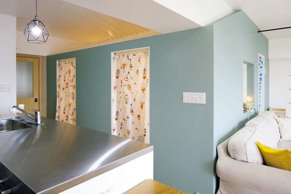 子ども室の出入り口はIKEAのシャワーカーテンを使用
