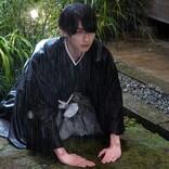 """『私たちはどうかしている』""""椿""""横浜流星が雨の中で土下座 第1話シーン写真公開"""