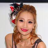 加藤紗里のセットアップ姿に「下乳見える」 メガネ姿もファンに好評