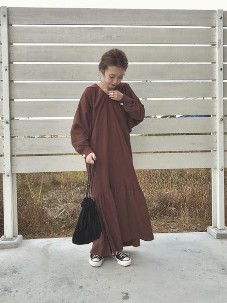 茶色ワンピース×黒スニーカーの秋コーデ