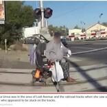 踏切で立ち往生した車いすの男性を間一髪で救った女性警察官(米)<動画あり>