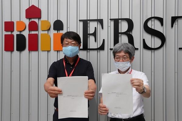 (左から)中貝宗治豊岡市長、平田オリザフェスティバルディレクター。[江原河畔劇場]エントランスにて。