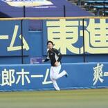 東京湾の砂浜を走る佐々木朗希。ジョニーもYFKも行った、マリーンズ投手陣「伝統の調整法」