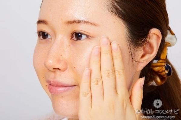 『メラノCC 薬用しみ対策 美白化粧水』のローションを顔になじませる様子