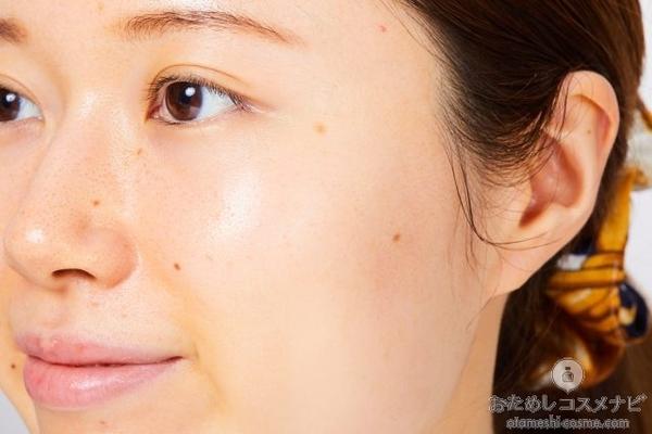 『メラノCC 薬用しみ対策 美白化粧水』をなじませた女性の顔