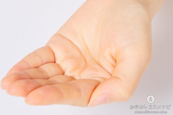 手のひらに出した『敏感肌薬用美白化粧水 高保湿タイプ』のローション