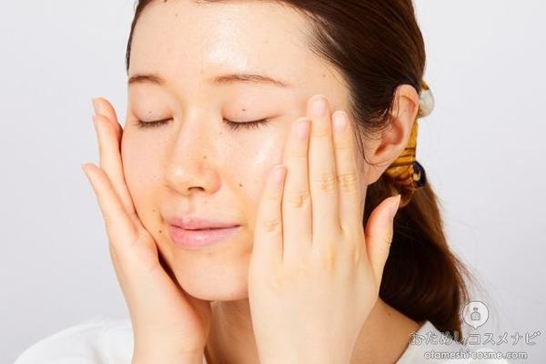 『敏感肌薬用美白化粧水 高保湿タイプ』を顔全体になじませる様子
