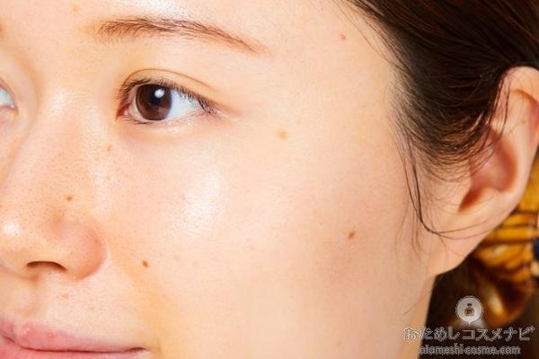 『敏感肌薬用美白化粧水 高保湿タイプ』をなじませた女性の頬