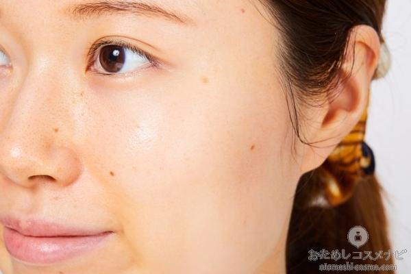 『ちふれ 美白化粧水 W』をなじませた女性の顔