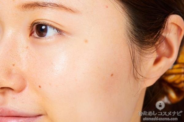 『キュレル 美白ケア 化粧水』をなじませた顔のアップ