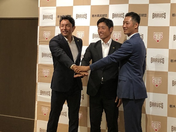 川﨑宗則選手(左)、寺内崇幸監督(中央)、西岡剛選手(右)
