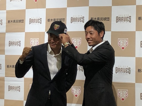 寺内監督から帽子をかぶせてもらう川﨑選手(左)