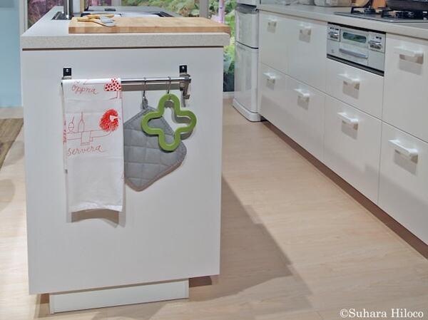 カウンターの横も使えば布巾や鍋掴み、エプロンなども吊り下げられる