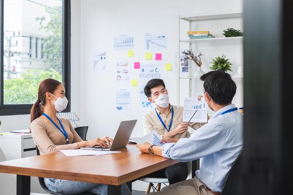 マスクをつけて会議をする人々