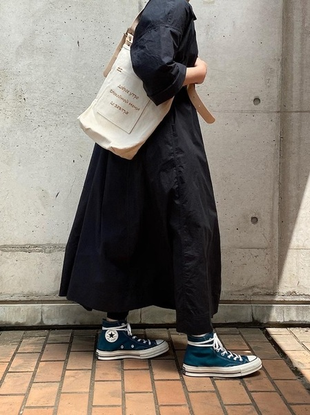 ユニクログレーシャツワンピース×黒パンツコーデ