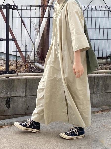 ユニクロ緑マキシワンピース×スニーカーコーデ