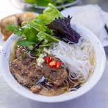 【世界ひとり飯29】ハノイで「オバマ・コンボ」を。ベトナムの麺はポークもうまい
