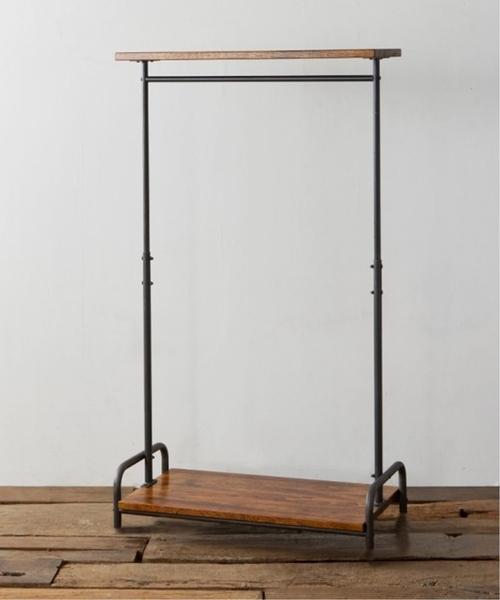 2枚の木製棚板と鉄のハンガーラック