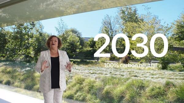 Appleが環境問題についてどう取り組んでいるかを語る女性の画像