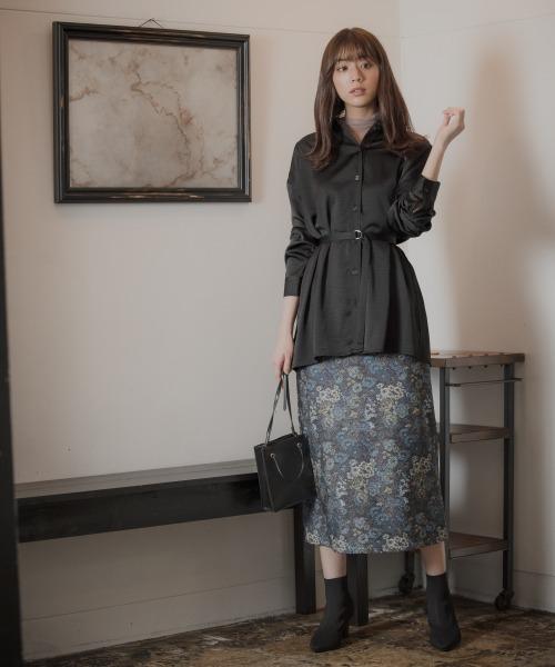 黒シャツ×花柄スカートコーデ