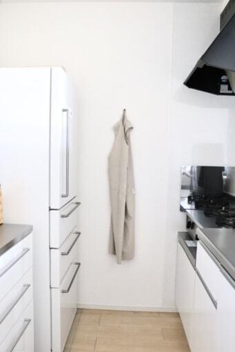 キッチンの奥にエプロンを掛けて収納