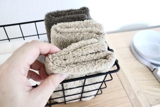 洗濯した布巾をカゴにしまう