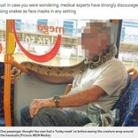 マスクの代わりに本物のヘビを巻き付けてバスに乗った男性(英)
