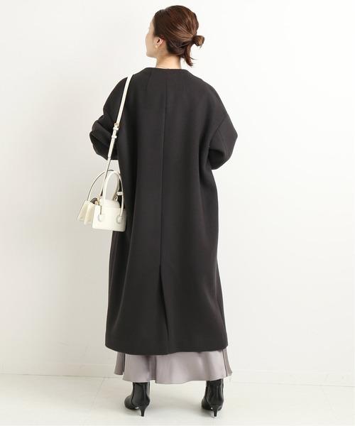 黒ノーカラーコートの服装