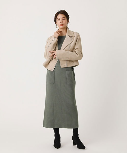 ベージュライダースジャケットの服装