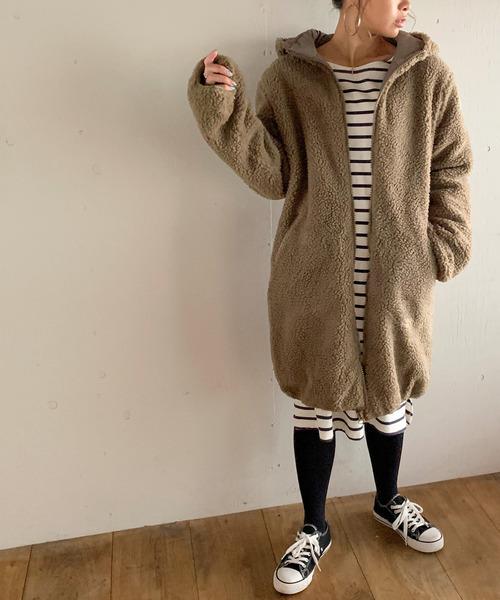 フード付きボアロングコートの服装