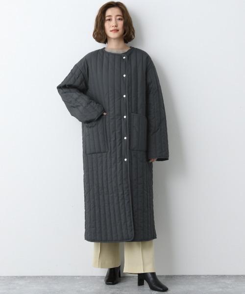キルティングノーカラーコートの服装