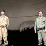 宮沢氷魚×大鶴佐助が「見えない敵」に挑む ノゾエ征爾演出舞台『ボクの穴、彼の穴。』ゲネプロ&取材会レポート