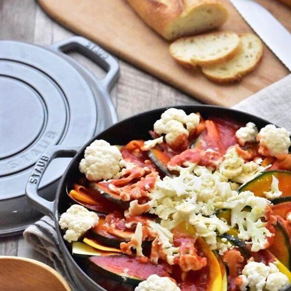 夕飯のご馳走に。鶏肉と野菜の彩りトマト鍋
