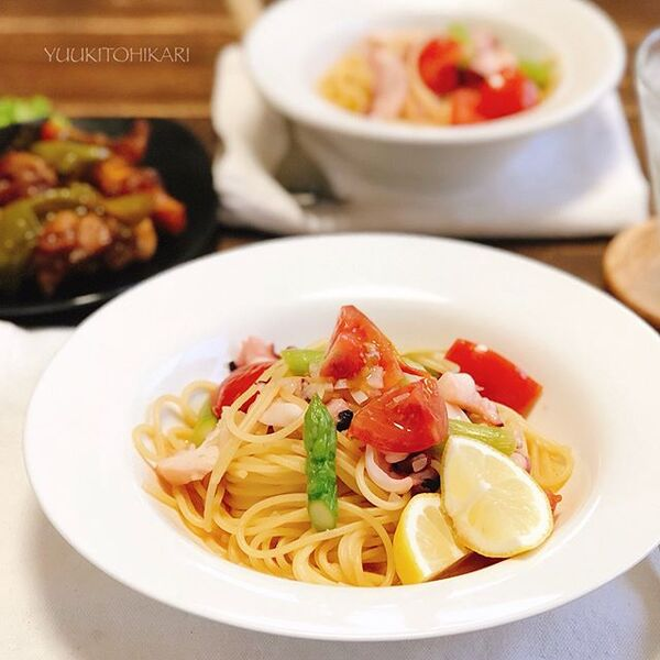 おしゃれな食事。タコとトマトのペペロンチーノ