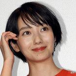 波瑠がインスタで披露した『かわいいポーズ』に「天使!」 ウエディングドレス姿が素敵!