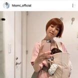 """hitomi、三男を""""ラクチン""""抱っこした自撮りSHOT公開&初めての小児科へ「ホッとしました」"""