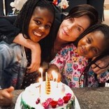 """シャーリーズ・セロン""""ナショナル・ドーターズ・デー""""に家族写真公開 8歳長女に心無いコメントも"""