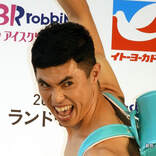 小島よしお、妻との旅行ツーショットを公開! 「美男美女だなぁ」「幸せそう…」