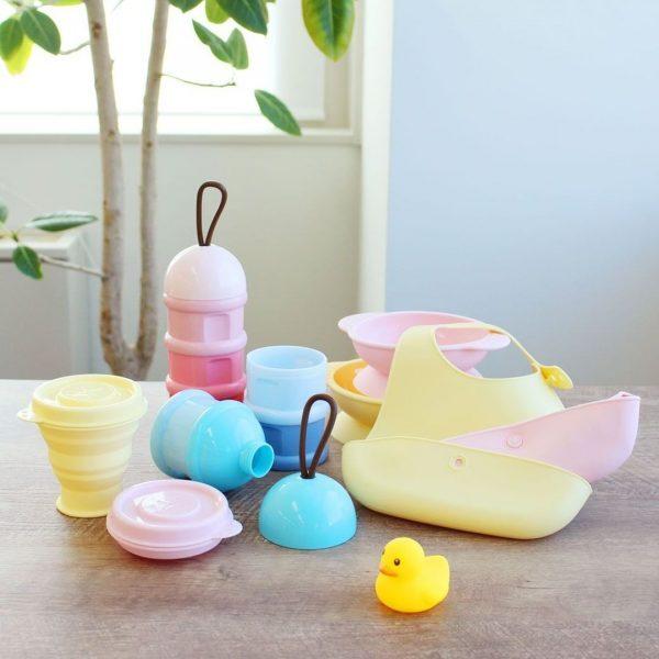明るいカラーの赤ちゃん用食事グッズ