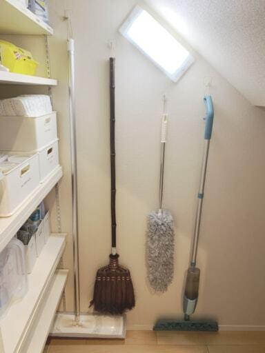 掃除道具を壁に吊るして収納