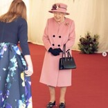 エリザベス女王、7か月ぶりに王宮外で公務を行う 来客名簿に記名し「これで私が来たことが証明された」と笑顔