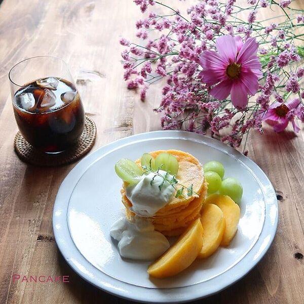 アレンジメニュー!人気の果物を添えたパンケーキ