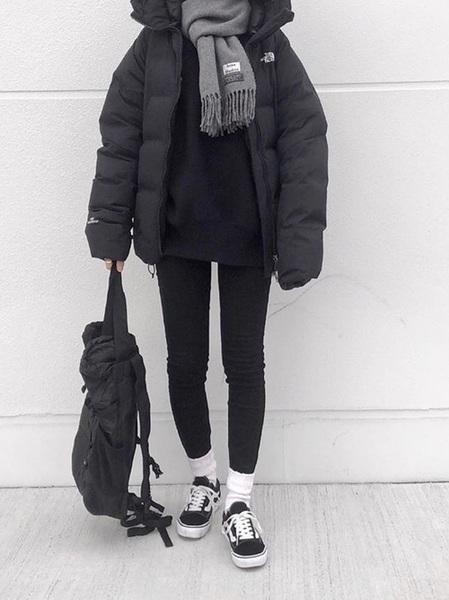 黒ボリュームダウン×グレーマフラーの冬コーデ