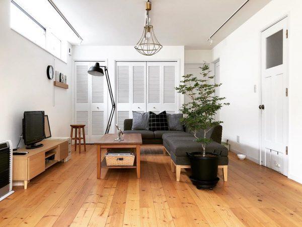 重厚感のあるダークグレーのソファ