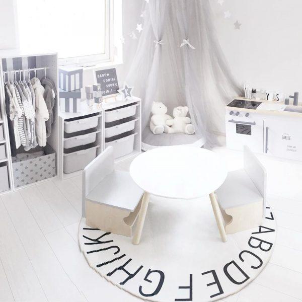 テーブル&チェアを部屋の真ん中に配置
